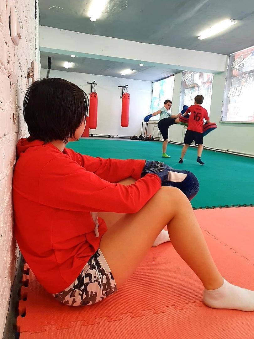 Фото «Борщнул немного»: директор школы бокса в Новосибирске объяснил конфликт ученика с тренером из-за длинной чёлки 2